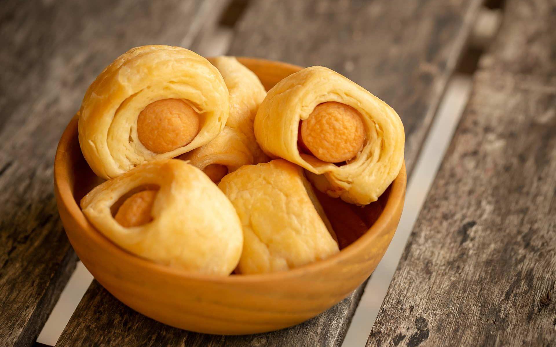 Λουκανικοπιτάκια Κουρού με καπνιστό λουκάνικο τύπου Μυκόνου Χρυσή Ζύμη