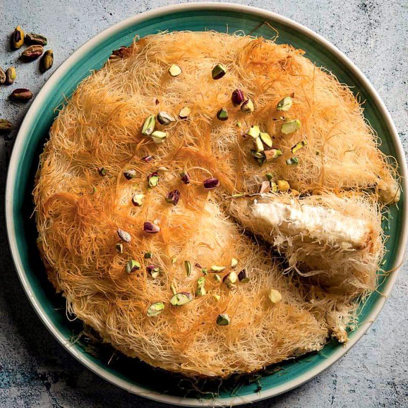 Τυρόπιτα Κιουνεφέ με Κρεμώδη Τυριά, Λεμονοθύμαρο και Φιστίκια Αιγίνης σε φύλλο Καταΐφι