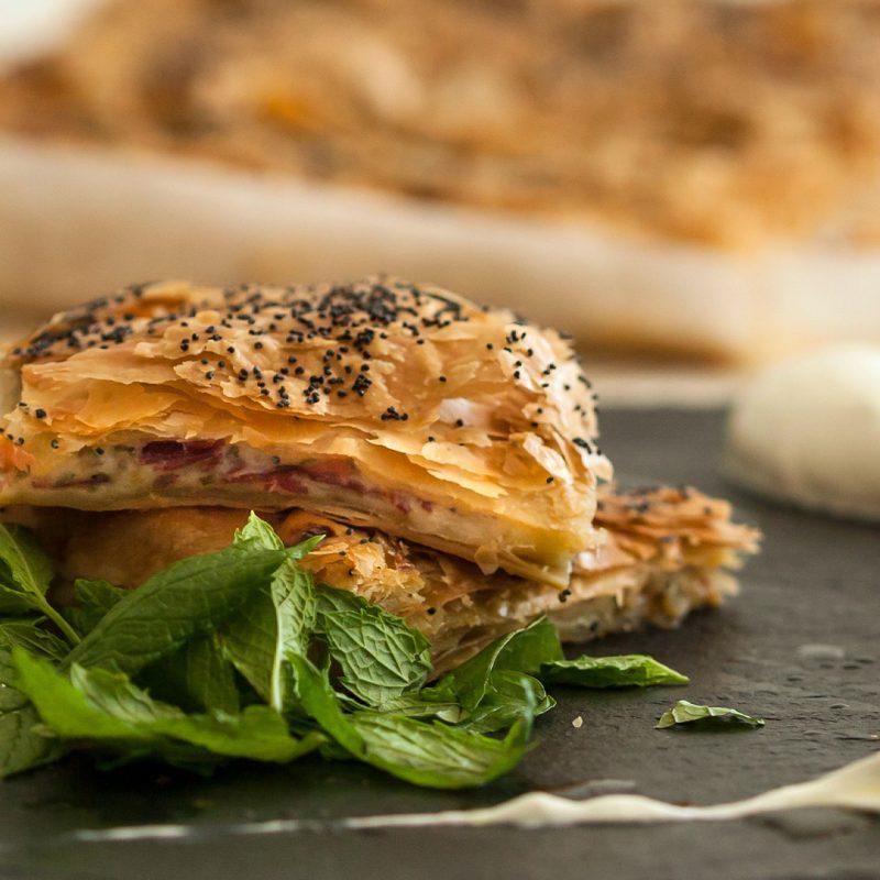 Παστουρμαδόπιτα με σως γιαουρτιού από τον Άκη Πετρετζίκη