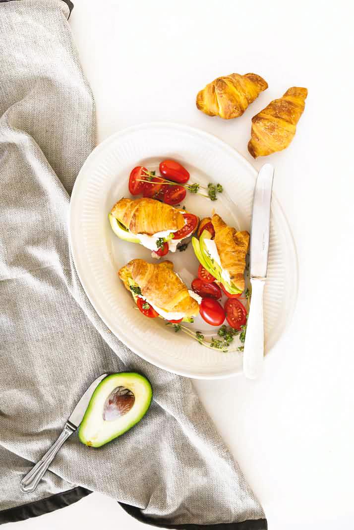Croissants βουτύρου Χρυσή Ζύμη με Κρέμα Φέτας, Αβοκάντο και Θυμάρι