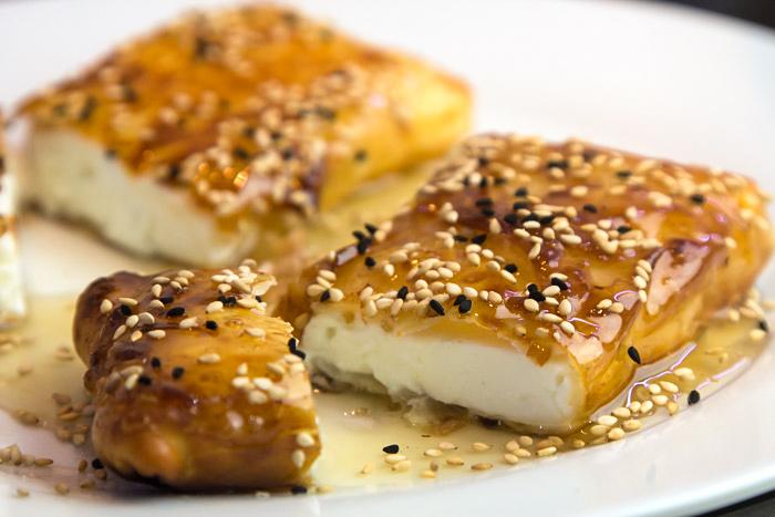 Φέτα Σαγανάκι σε Φύλλο, με Μέλι και Σουσάμι (Cucina di Caruso) με Χωριάτικο Φύλλο