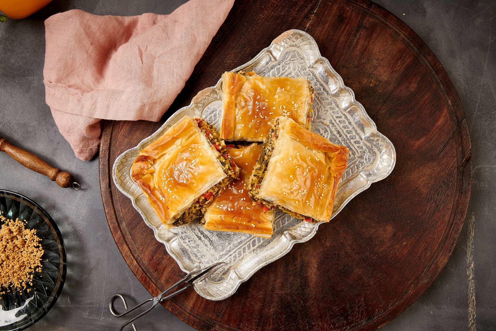 Νηστίσιμη Πίτα με πολύχρωμα Λαχανικά και Τραχανά με Φύλλο Κρούστας Χρυσή Ζύμη